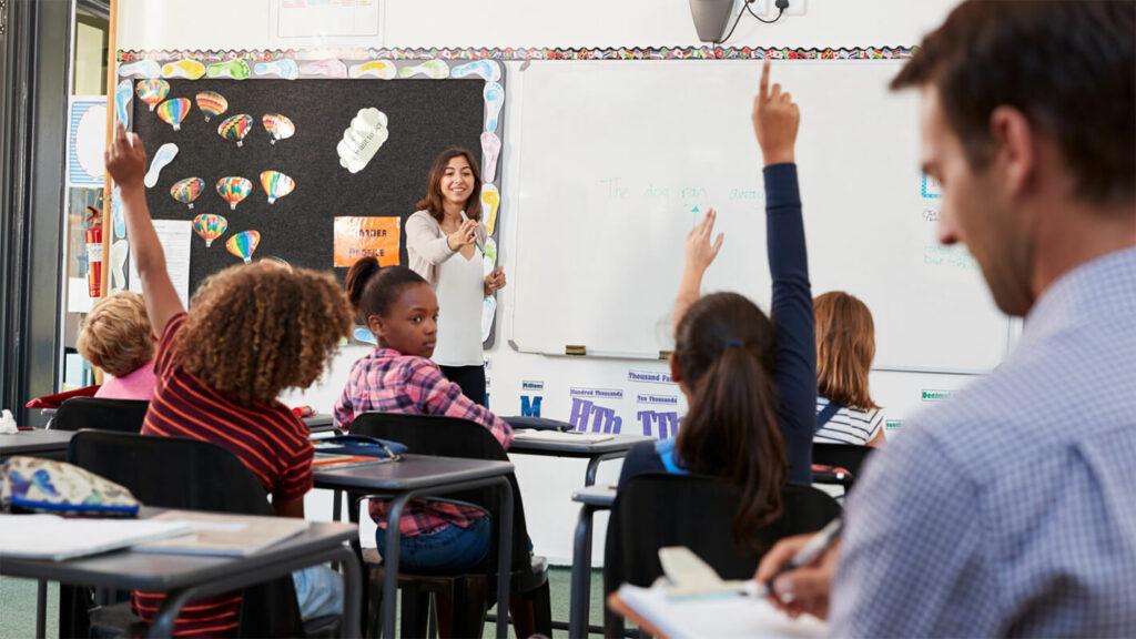 Leraar observeert een klas