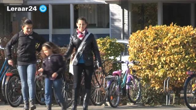 Moeder brengt kinderen naar school