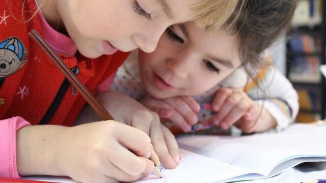 Twee leerlingen werken samen.