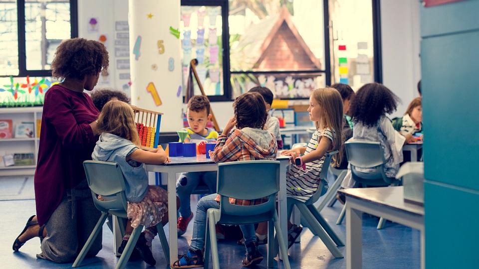 Leraar begeleidt leerlingen in kleine groepjes
