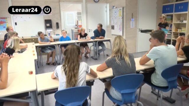 leraar praat met leerlingen in de klas