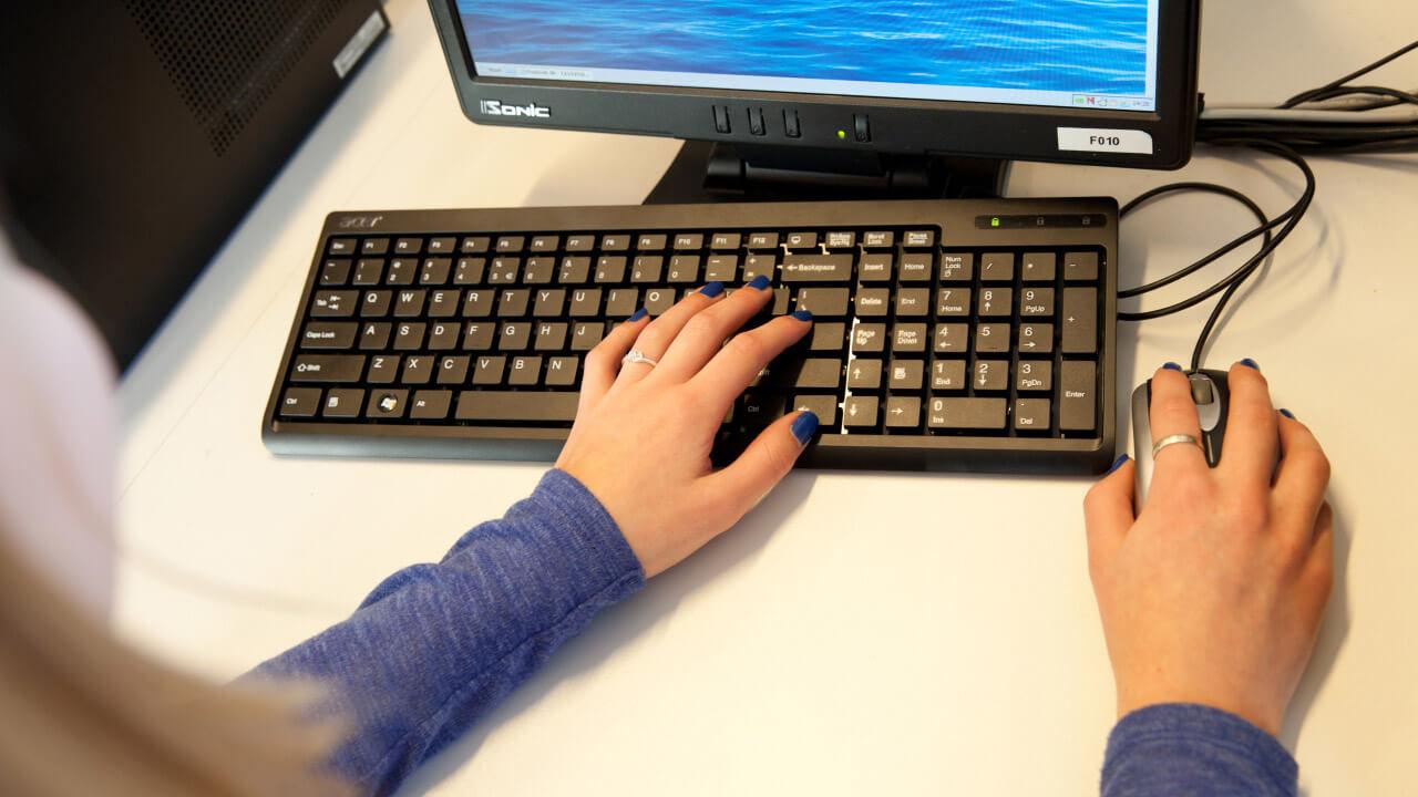 Handen typen op een toetsenbord