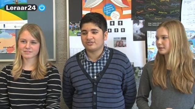 Drie leerlingen staan in een rijtje
