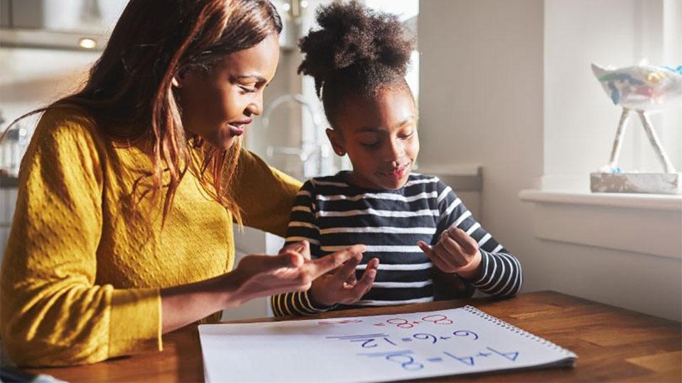 een moeder helpt haar dochter op school