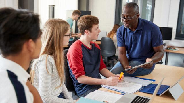 Leraar praat met zijn leerlingen om zijn relatie met hen te verbeteren