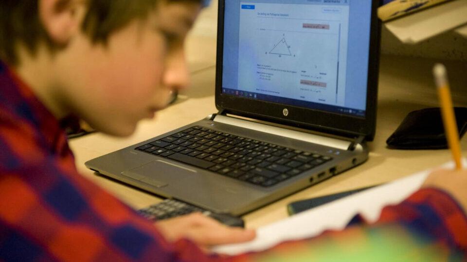 Leerling werkt zelfstandig aan de les als onderdeel van flipping the classroom