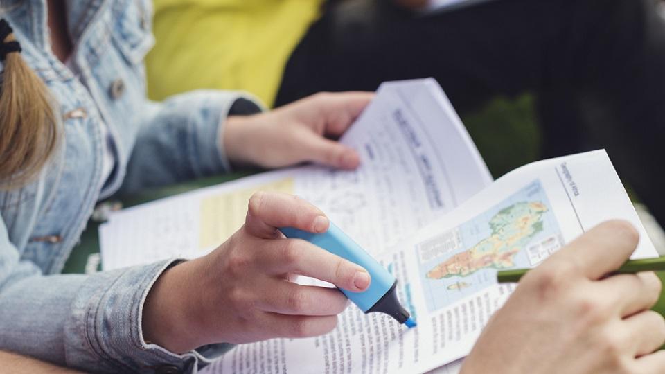 Leerlingen studeren samen geschiedenis en markeren belangrijke stukken