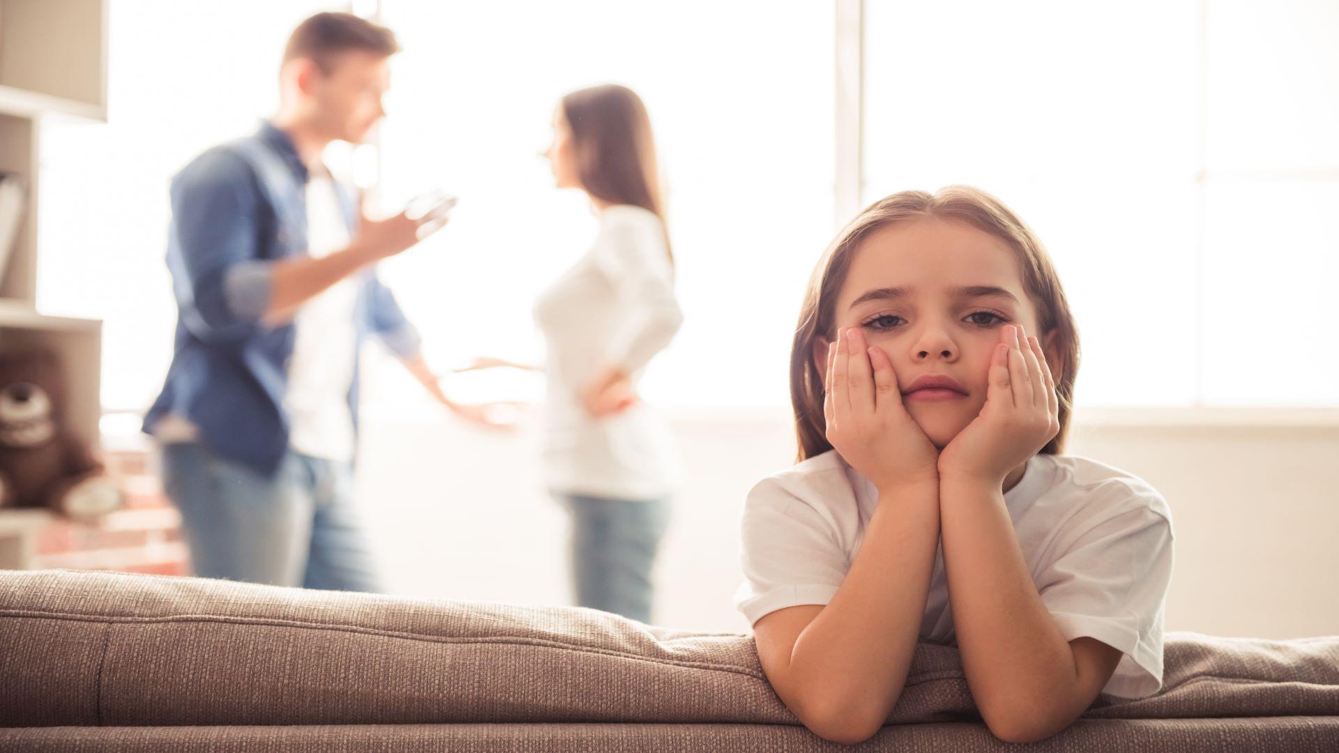Twee ouders die ruziën in het bijzijn van hun kind