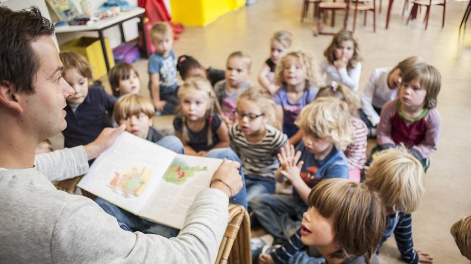 leraar leest kleuters voor