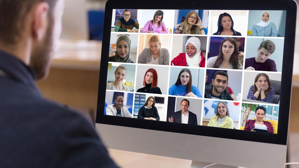 leraar kijkt naar beeldscherm waar leerlingen online samenwerken