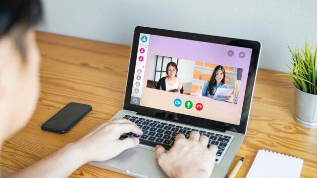 Leraar geeft leerlingen via online bellen les