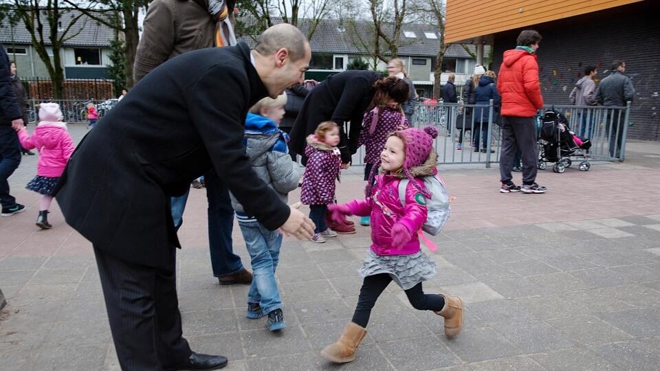 Vader en dochter op het schoolplein