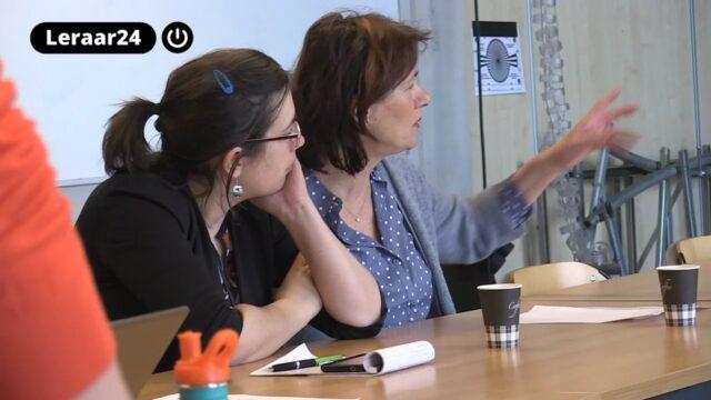 Twee leraren kijken naar een presentatie