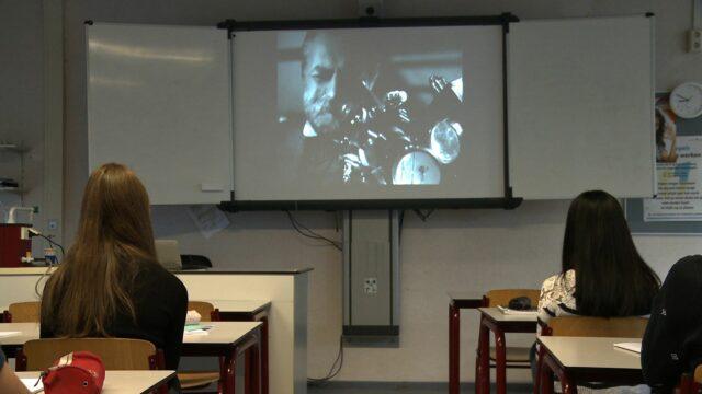 Een groep leerlingen bekijkt een educatieve video