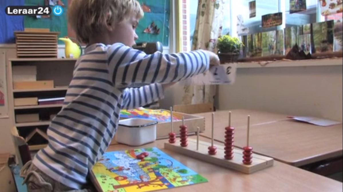 Een jongen is in de klas bezig met een telraam