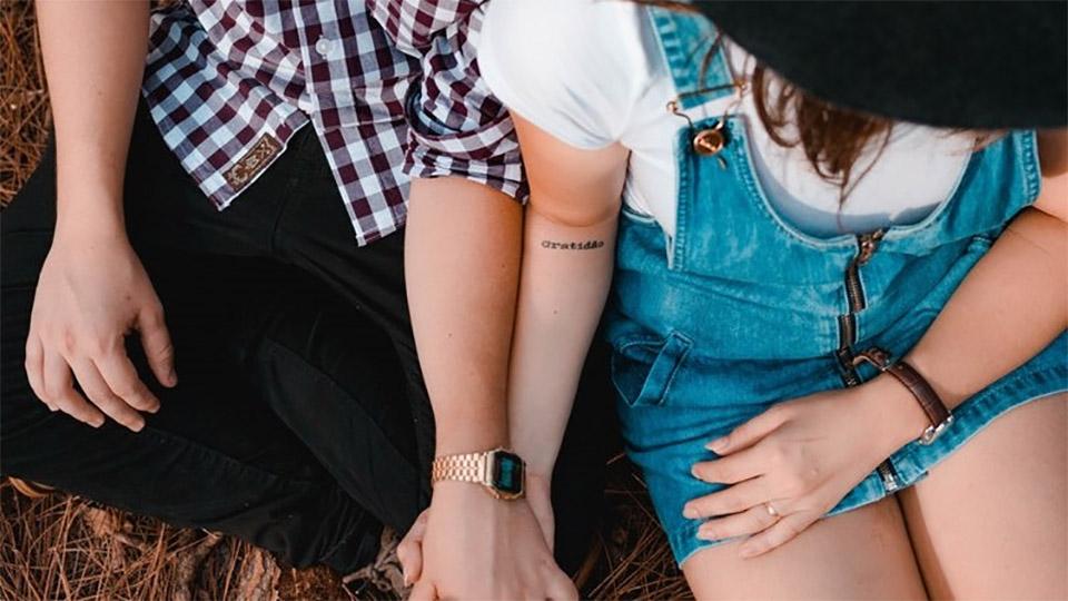 Jongen en meisje houden elkaars hand vast