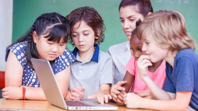 Leerlingen werken samen aan een opdracht