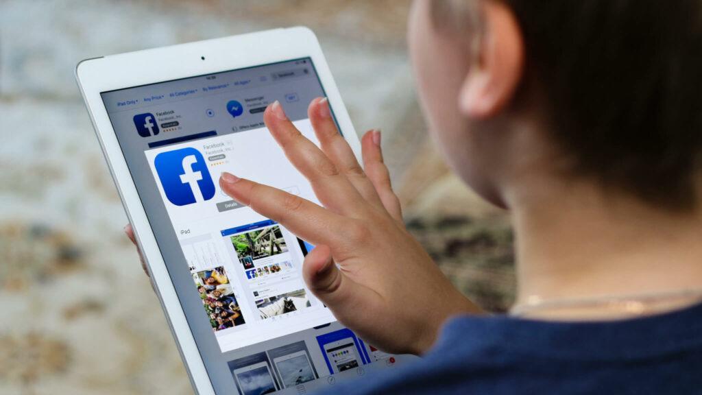 Jongen werkt op een tablet