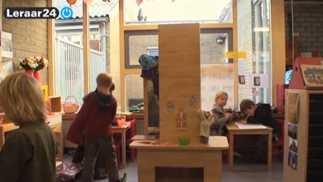 Verschillende kleuters spelen in speelhoeken