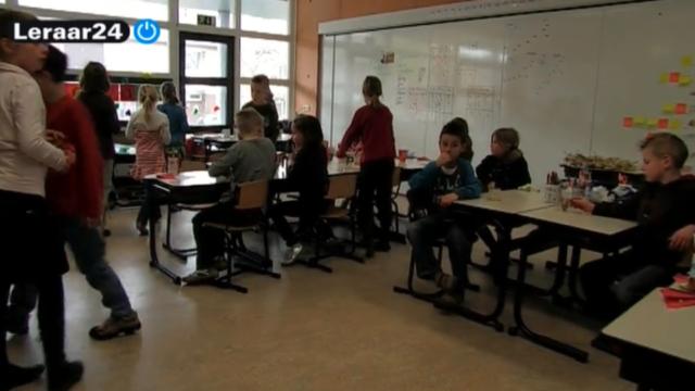 Leerlingen zitten in de klas en maken zich klaar voor de les