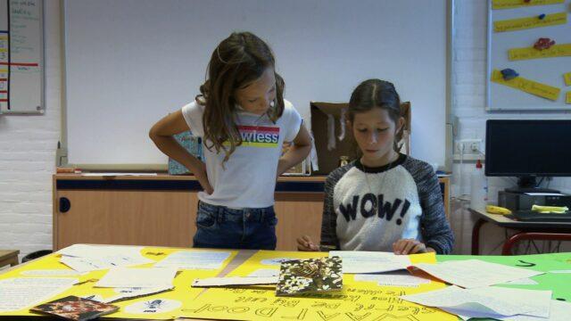 Twee leerlingen werken aan een zelfgekozen onderzoeksvraag over bijen.
