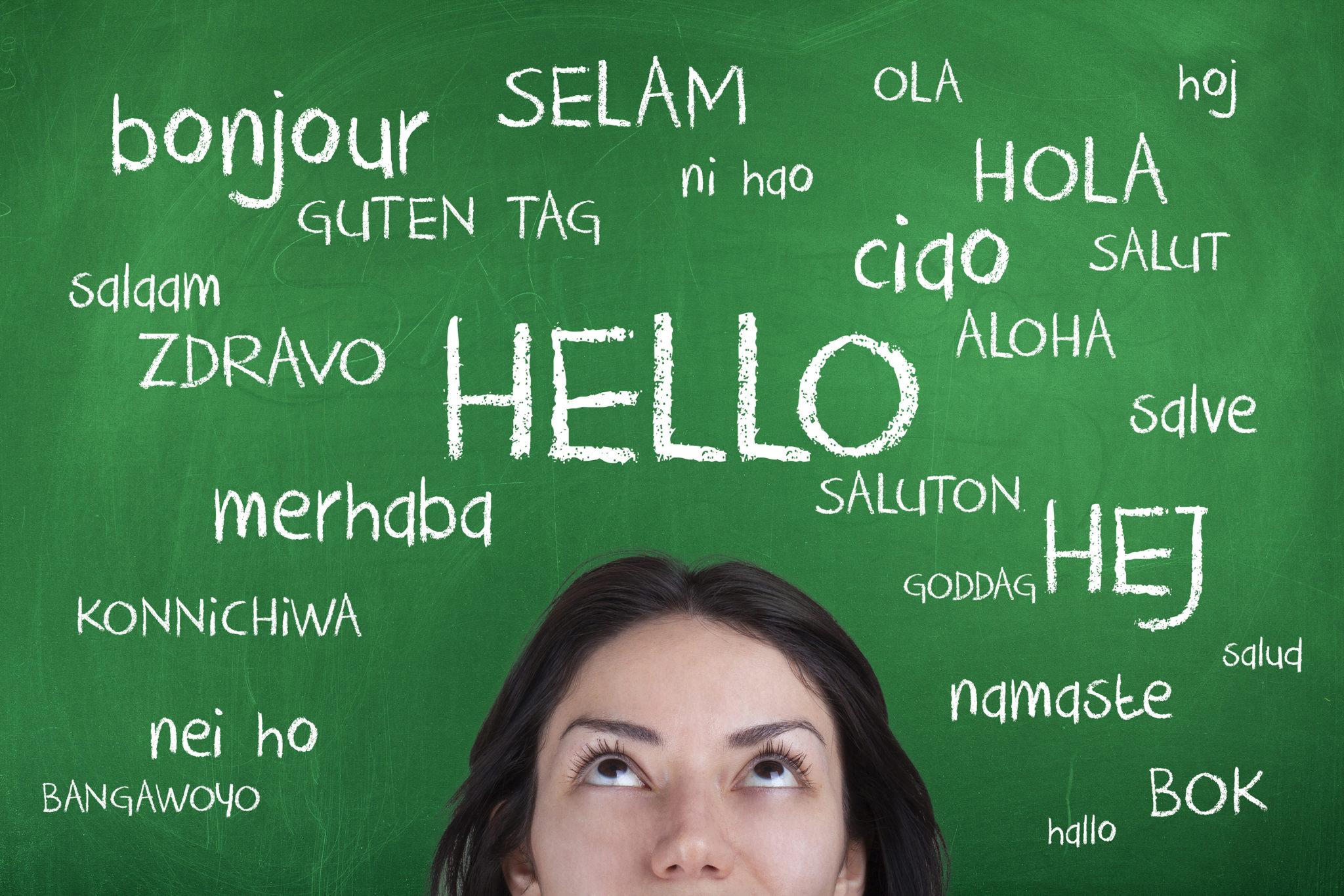 meisje kijkt naar begroeting in meer talen
