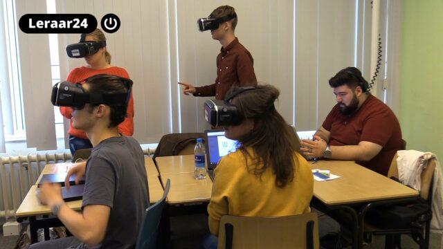 Vier leerlingen doen een rekenopdracht met virtual reality.