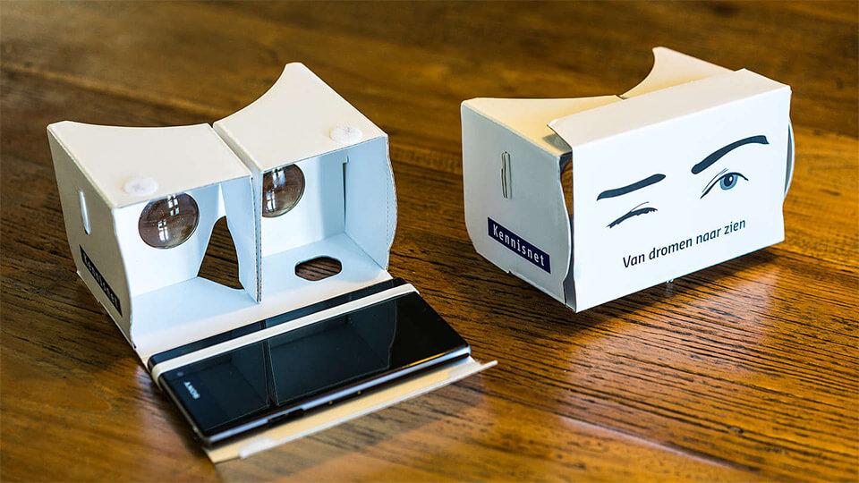 Twee virtual reality brillen liggen op tafel