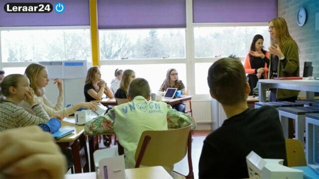 Lerares staat voor de klas met leerlingen