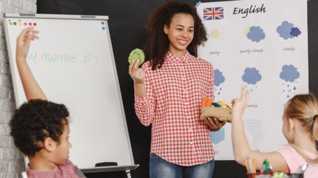 Leraar geeft Engels les aan jonge leerlingen
