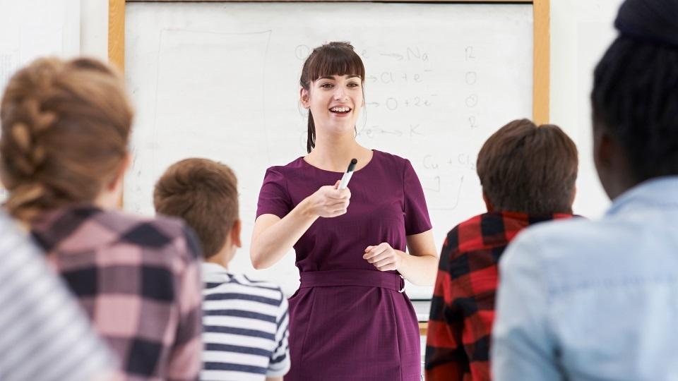 bevlogen leraar spreekt haar klas toe