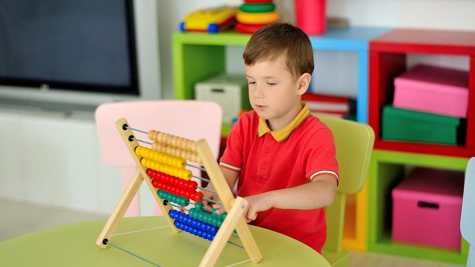 Een leerling leert rekenen met een telraam