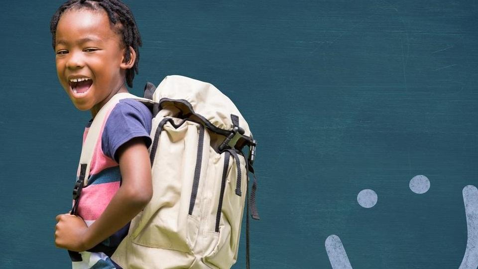 Jongetje met een rugzak die naar school gaat