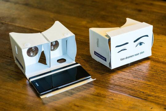 Virtual reality bril ligt op een tafel
