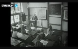 oud beeld van de meester voor de klas