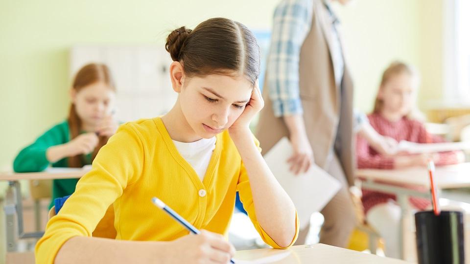 leerlinge in een klas werkt aan haar eindtoets