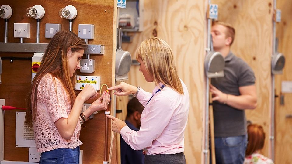 een techniekleraar geeft feedback aan een studente