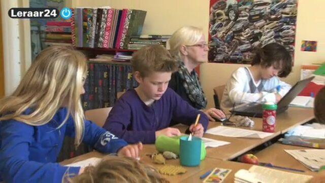 Leerling wordt begeleid door twee leraren