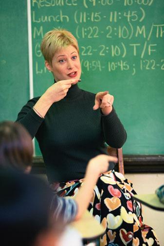 juf voor de klas die gebarentaal spreekt