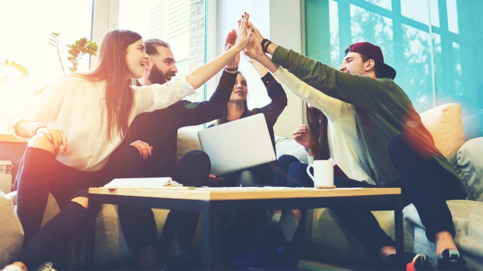 Leerlingen geven elkaar een high-five