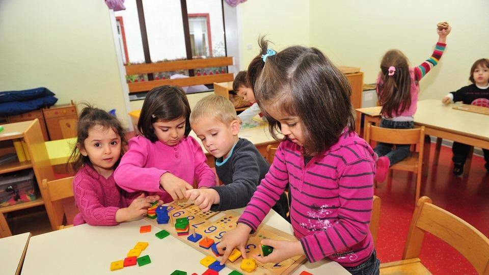 een klas met kinderen van nieuwkomers, die werken met rekenmateriaal