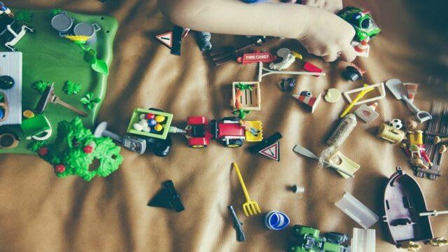 Allerlei speelmateriaal op de grond