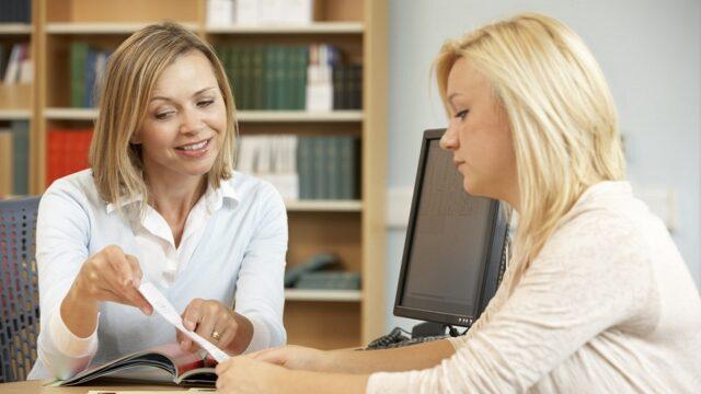 directrice toont document beoordeling aan leraar