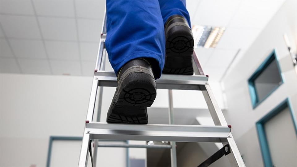 Twee benen op een trap