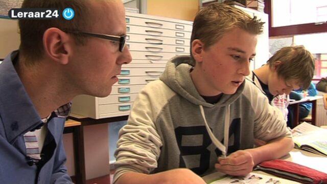 leraar praat met leerling in de klas