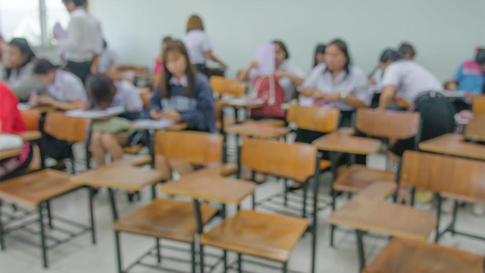 Lege stoelen in een klaslokaal