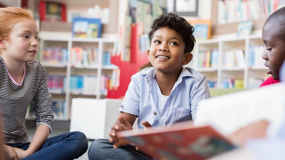 Kinderen filosoferen met de leraar