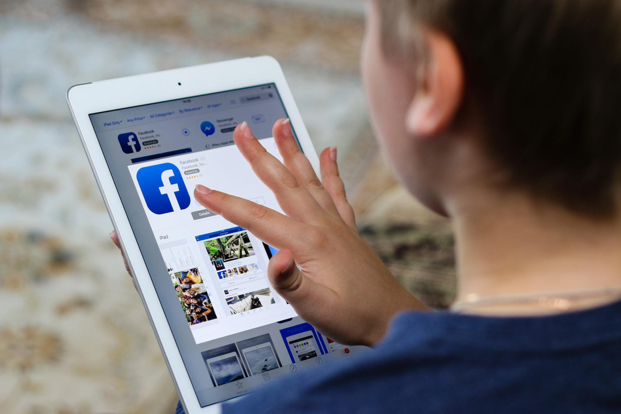 jongen installeert Facebook op iPad