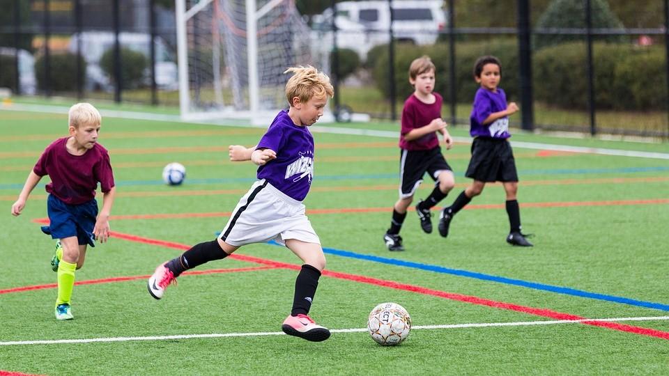 Een paar jongens spelen voetbal.