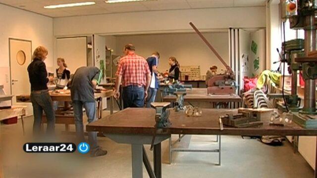 Leraren en leerlingen zjin aan het werk in een technieklokaal